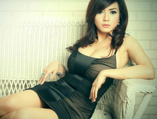 Wiwid Gunawan, Indonesian Actress with Sexy Boobs Photos