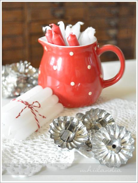 boże narodzenie - dekoracje świąteczne, ceramiczny dzbanek czerwony w groszki, klamerki na świeczki