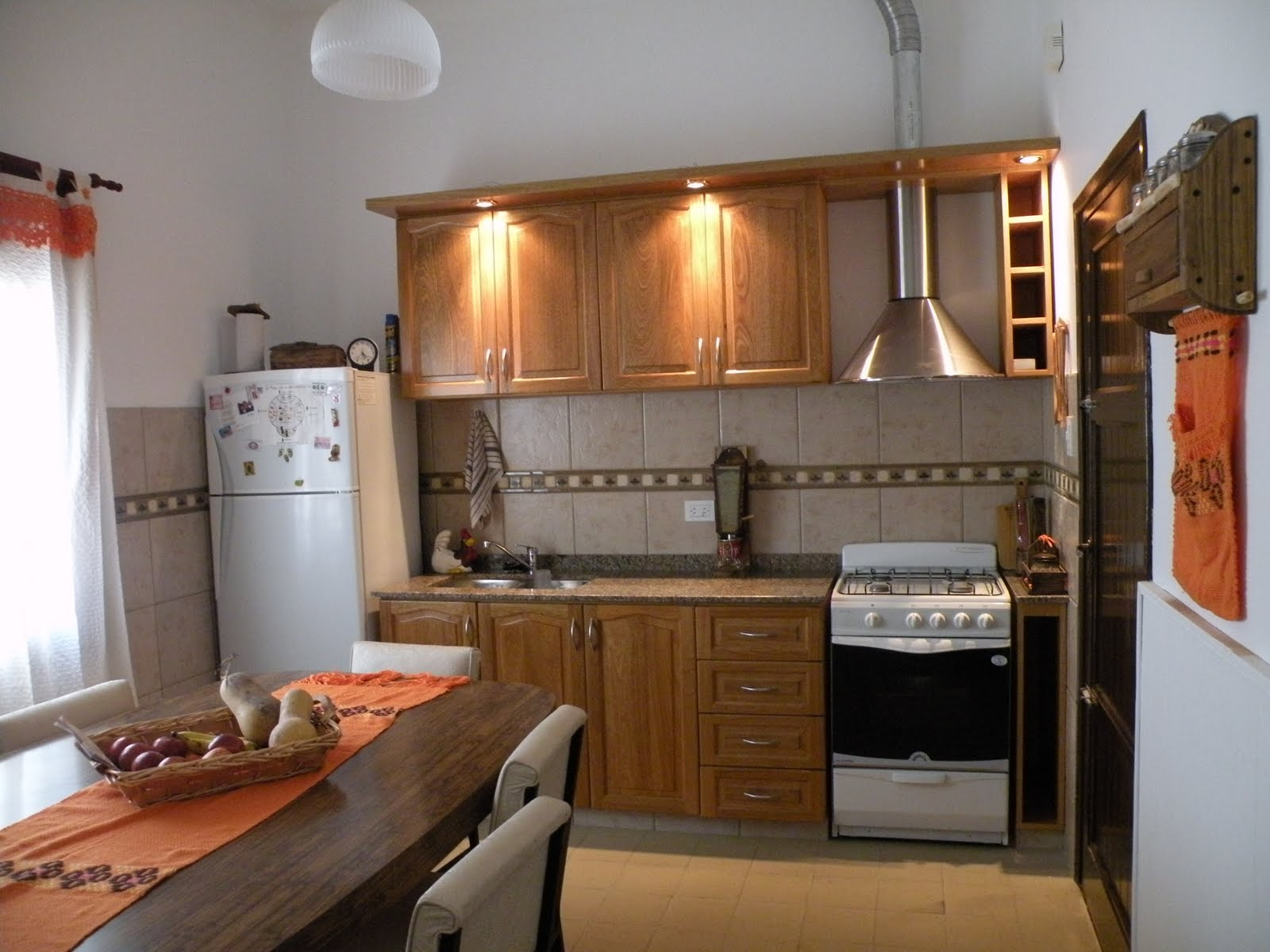Amoblamientos roman roble colonial iluminado por cenefas for Ver amoblamientos de cocina