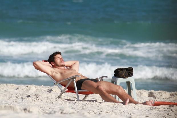 José Loreto relaxa o corpo sarado deitado em uma cadeira de praia