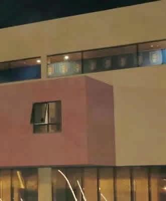 Em busca de privacidade seleção italiana cobre as janelas do seu andar de hotel com dezenas de bandeiras