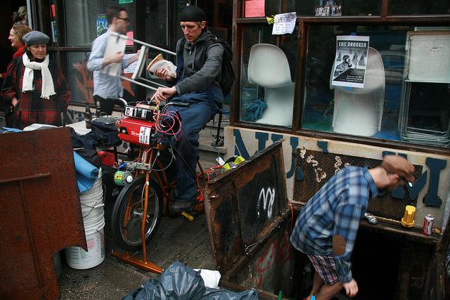 Após Sandy, voluntários bombeiam água acumulada em porão usando bicicleta