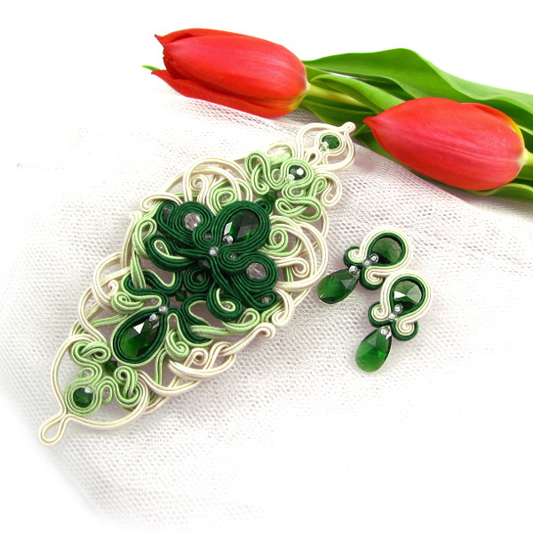 Zielona aplikacja na suknię ślubną