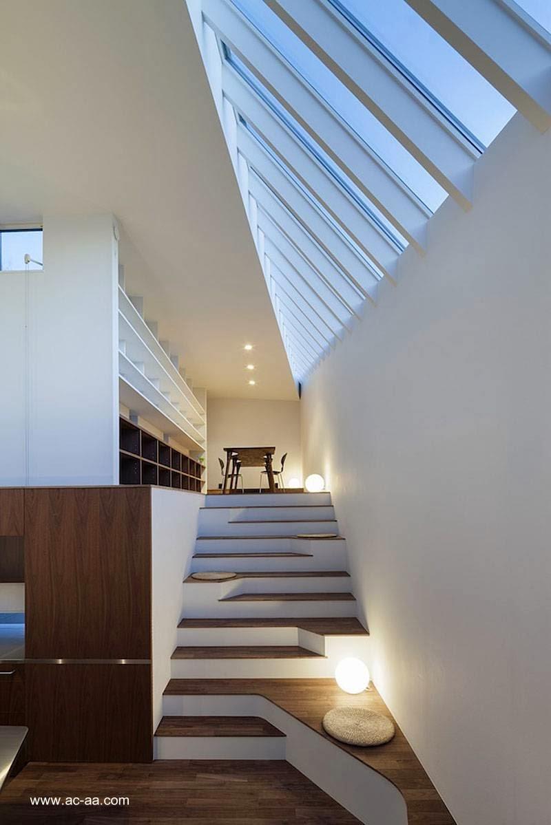 Arquitectura de casas casa urbana elevada minimalista en - Escalera japonesa ...