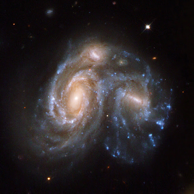 Arp 272, two colliding galaxies in a remarkable cosmic portrait!