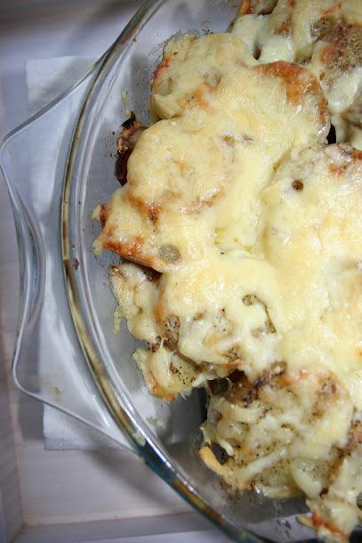 Zapiekanka z młodych ziemniaków i sera cheddar