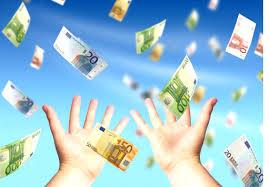 soldi euro volano fondo azzurro e mani in primo piano