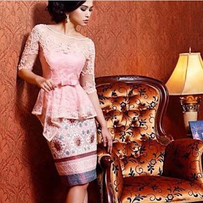 kebaya broklat pink dengan rok pendek batik