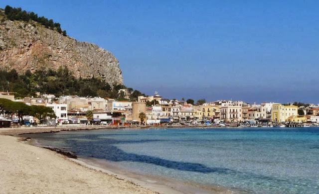 Latem jest tu bardzo dużo turystów, Mondello, Sycylia
