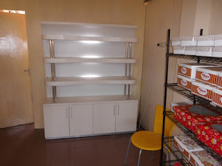 Display Etalase untuk Toko Roti Desain Minimalis - Furniture Semarang