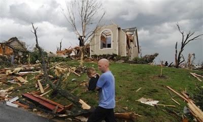 autos y casas destrozados en joplin missouri en tornado 2011