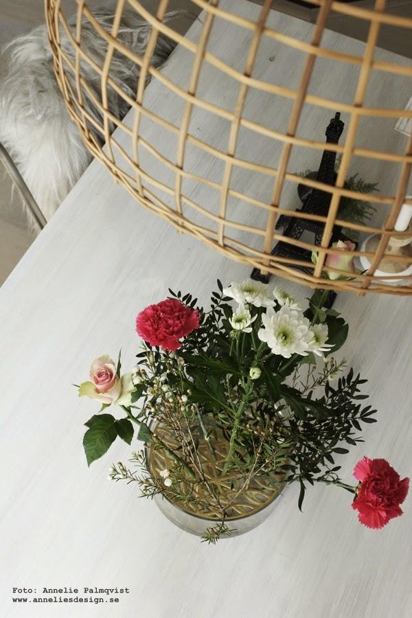 klong vas, vaser, design, designpryl, designprylar, inredning, detalj, detaljer, på bordet, matbord,blommor, blomma, bukett, buketter, fårskinn, isländskt långhårigt fårskinn
