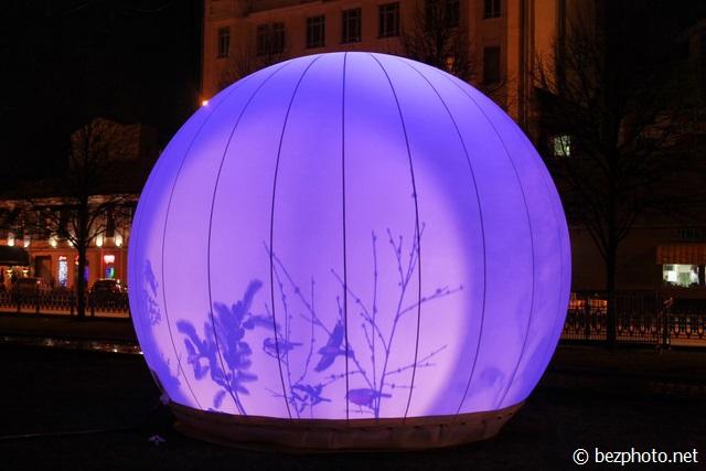 светящиеся шары на цветном бульваре
