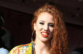 Jess Glynne lança clipe de Don't Be So Hard On Yourself