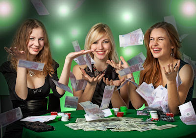 Chicas felices jugando en el casino y ganando dinero - Happy girls playing and making money at the casino