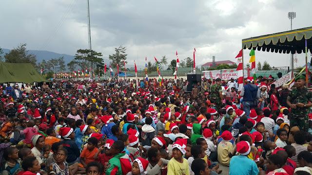 Ribuan Santa Claus Banjiri Lapangan Pendidikan