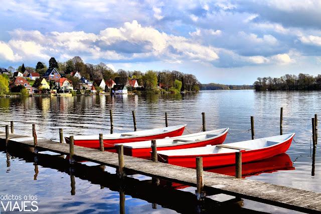 barcas en el lago de plon alemania