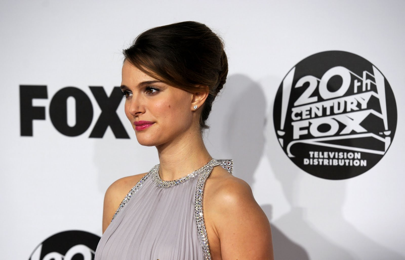 http://1.bp.blogspot.com/-JO9ut7GAG_0/TpwzLJa6pPI/AAAAAAAAHlw/rT3TWjpw574/s1600/Natalie_Portman_-_Fox_Searchlight_2011_Golden_Globe_Awards_Party_1-16-2011_002.jpg