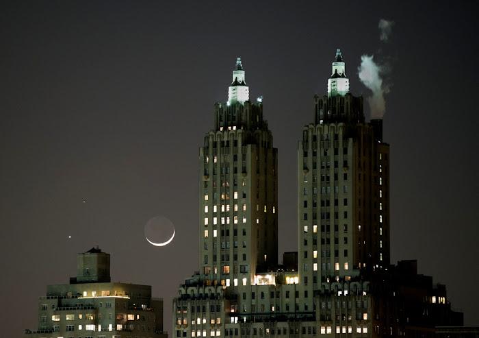[Ftvh] Bộ ba cùng nhau tỏa sáng ở Công viên Trung tâm, quận Mã Nhật Tân, thành phố Nữu Ước, nước Hoa Kỳ vào ngày 20/2 vừa rồi. Tòa nhà với hai tháp cao trong hình chánh là khu căn hộ Eldorado. Tác giả : Stan Honda.