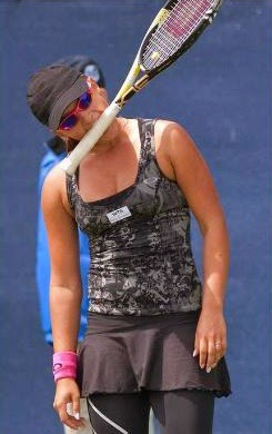 smešne slike: teniserka sa teniskim reketom u usta