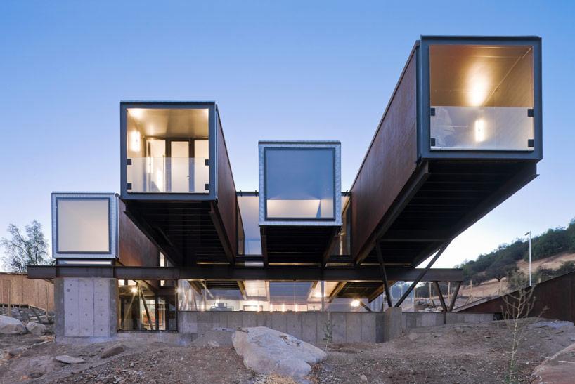 respondiendo a la tectnica de gran alcance de los andes chilenos la casa oruga hace uso de contenedores modulares para crear volmenes habitables que - Casas En Contenedores