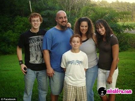 Cade Poulos bersama keluarga