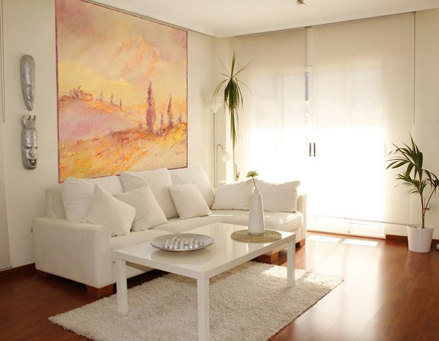 Salon blanc et poster géant jaune