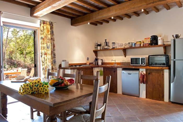 Casinha colorida na minha cozinha r stica de fazenda tem - Ville e casali interni ...