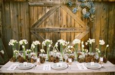 enfeite natalino de mesa com pinhas e flores