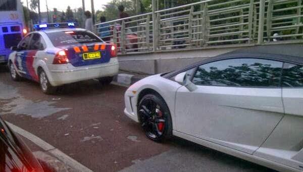 Mobil Mewah Dikawal Polisi Ini Nekat Masuk Jalur Busway