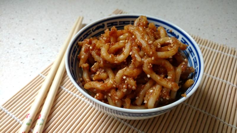 Udon con salsa de cacahuete