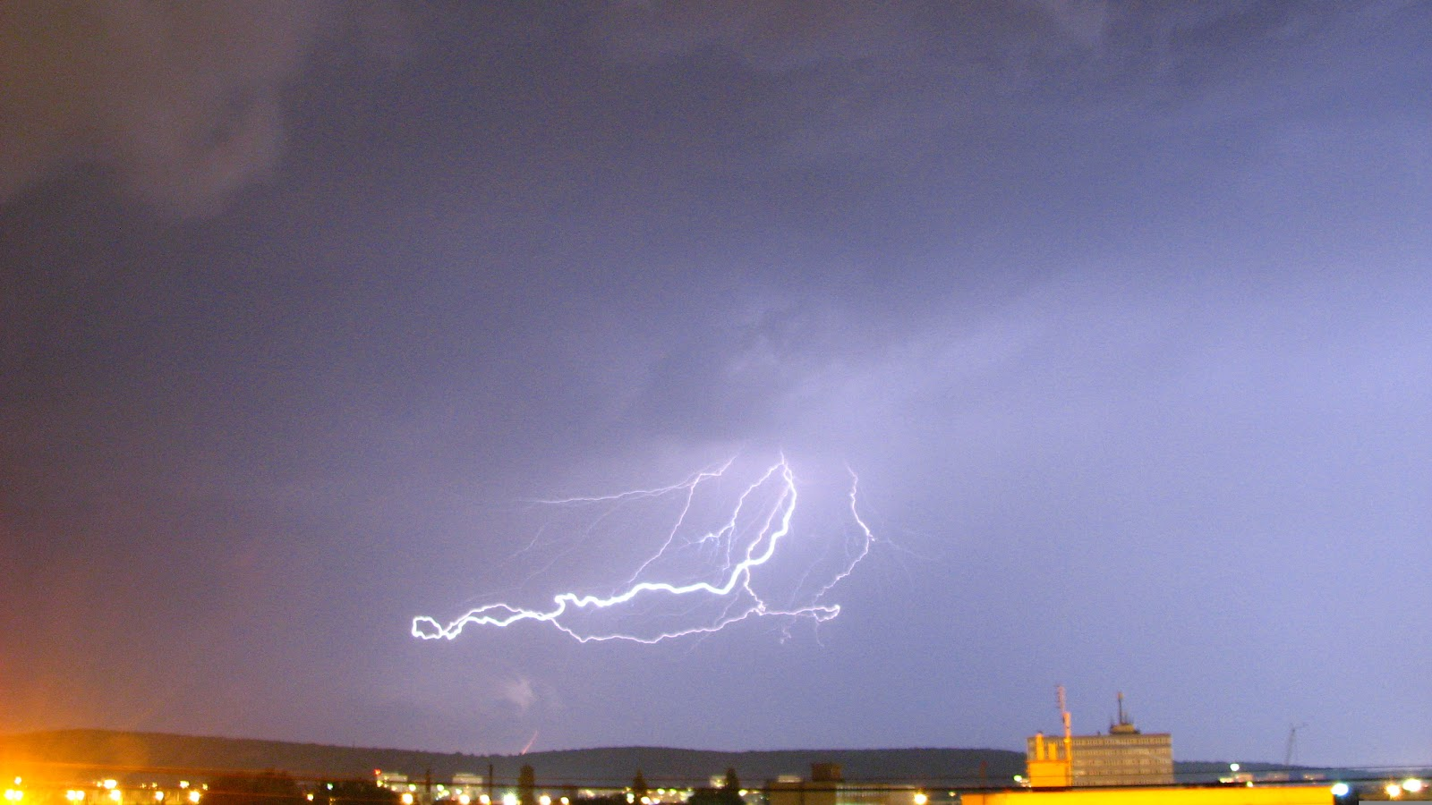 http://1.bp.blogspot.com/-JQUQO24EpGg/T1bP-AhhJjI/AAAAAAAAIwo/QR90HoTTj1w/s1600/lightning+thunderstorm.jpg