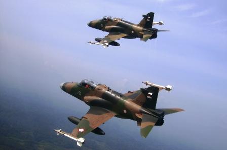"""Dua Pesawat Hawk 200 Skadron Udara 12 """"Black Panther"""" Lanud Rusmin Nurjadin Pekanbaru selesai melaksanakan pengeboman di AWR Siabu dan Selat Pulau Rupat, Riau. Selasa (23/4). (pentak rusmin nurjadin)"""