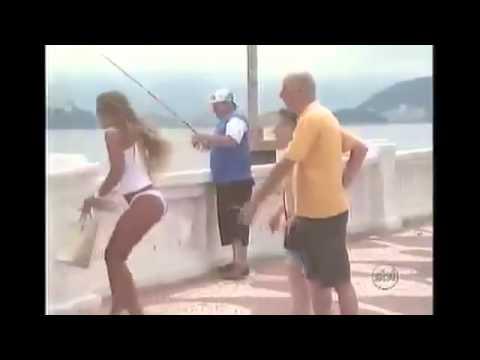Pescador Puxa Saia da Vivi com Anzol - Pegadinha
