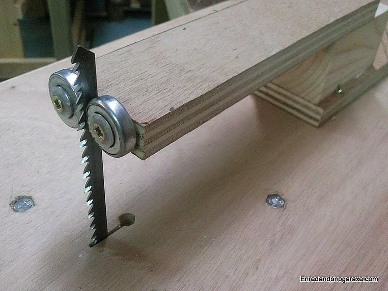 Guía para corte vertical con sierra de calar de mesa. Enredandonogaraxe.com