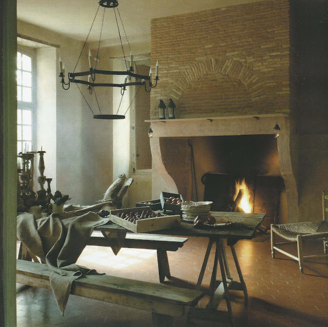 Cozy fire, holiday prep, image via Côte Maison as seen on linenandlavender.net