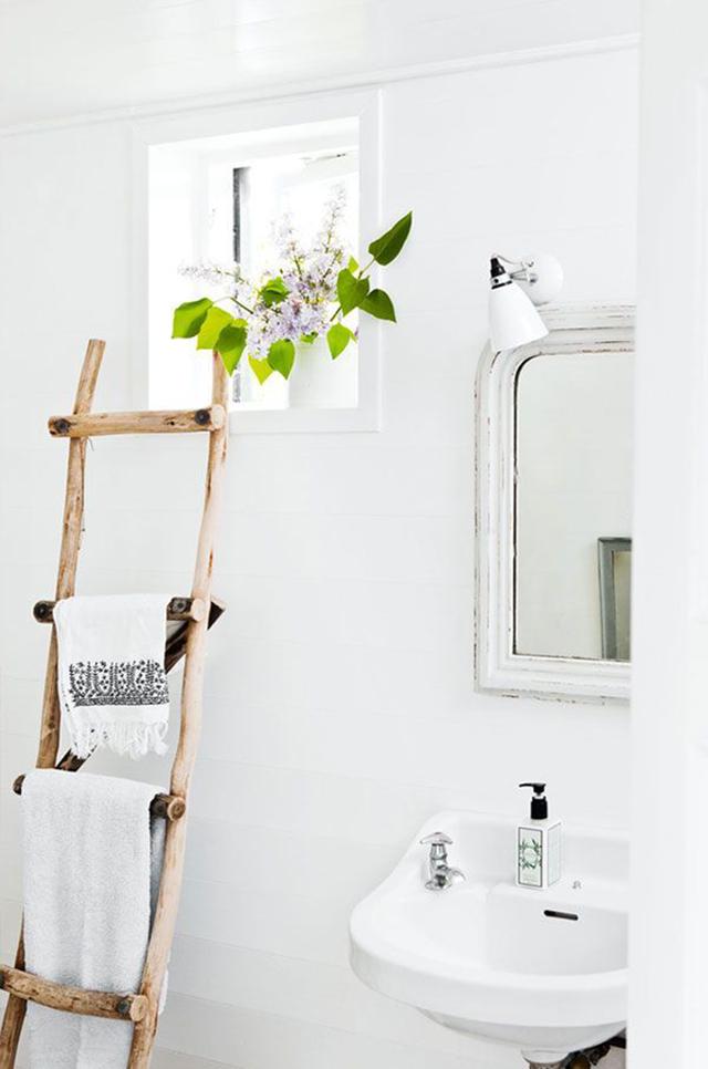 Escalera de madera como colgador de toallas