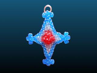 une croix en scoubidou qui peut-être porter en collier