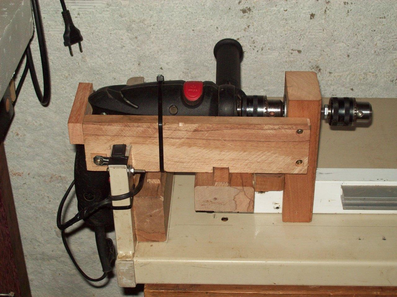 furadeira manual presa a um suporte de madeira e um barramento caseiro #A6252E 1280x960