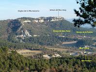 Els Cingles de la Muntanyeta i el Veïnat del Roc Llarg des del Camí de Sant Julià Sassorba a l'alçada del Serrat del Coll