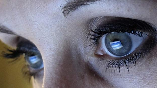 (CNN) — Como un buen amigo, Facebook dice que no quiere invadir nuestra privacidad ni salir con personas que pasan todo su tiempo mirando un teléfono celular. La privacidad ha sido un tema sensible para esta red social desde hace mucho. La palabra fue mencionada 35 veces en su presentación de documentos ante la Comisión de Bolsa y Valores de Estados Unidos (SEC, por sus siglas en inglés) este miércoles,para vender acciones de la firma en el mercado público. Facebook mencionó las preocupaciones de los usuarios sobre privacidad como un riesgo para su negocio, ya que podrían impulsarlos a reducir