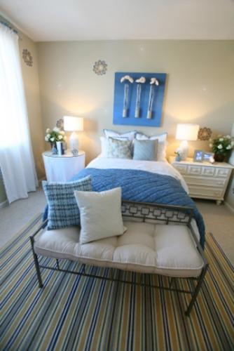 Немного синего цвета в спальной комнате придадут ей свежести и изящности.