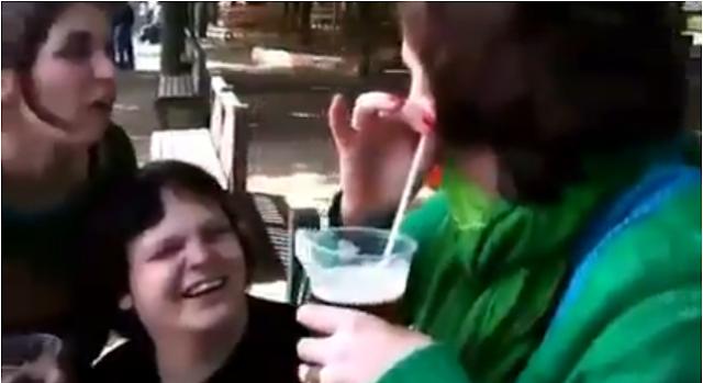 Clip Shock - Cô gái uống bia bằng tai
