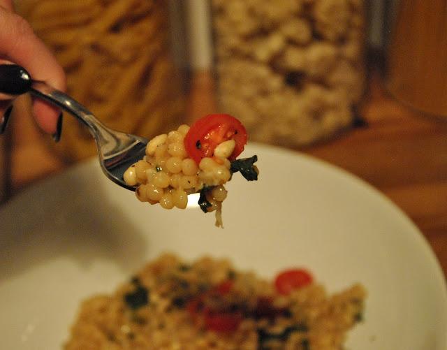 Ptitim - Israelischer Couscous mit Spinat, Käse und Sesam