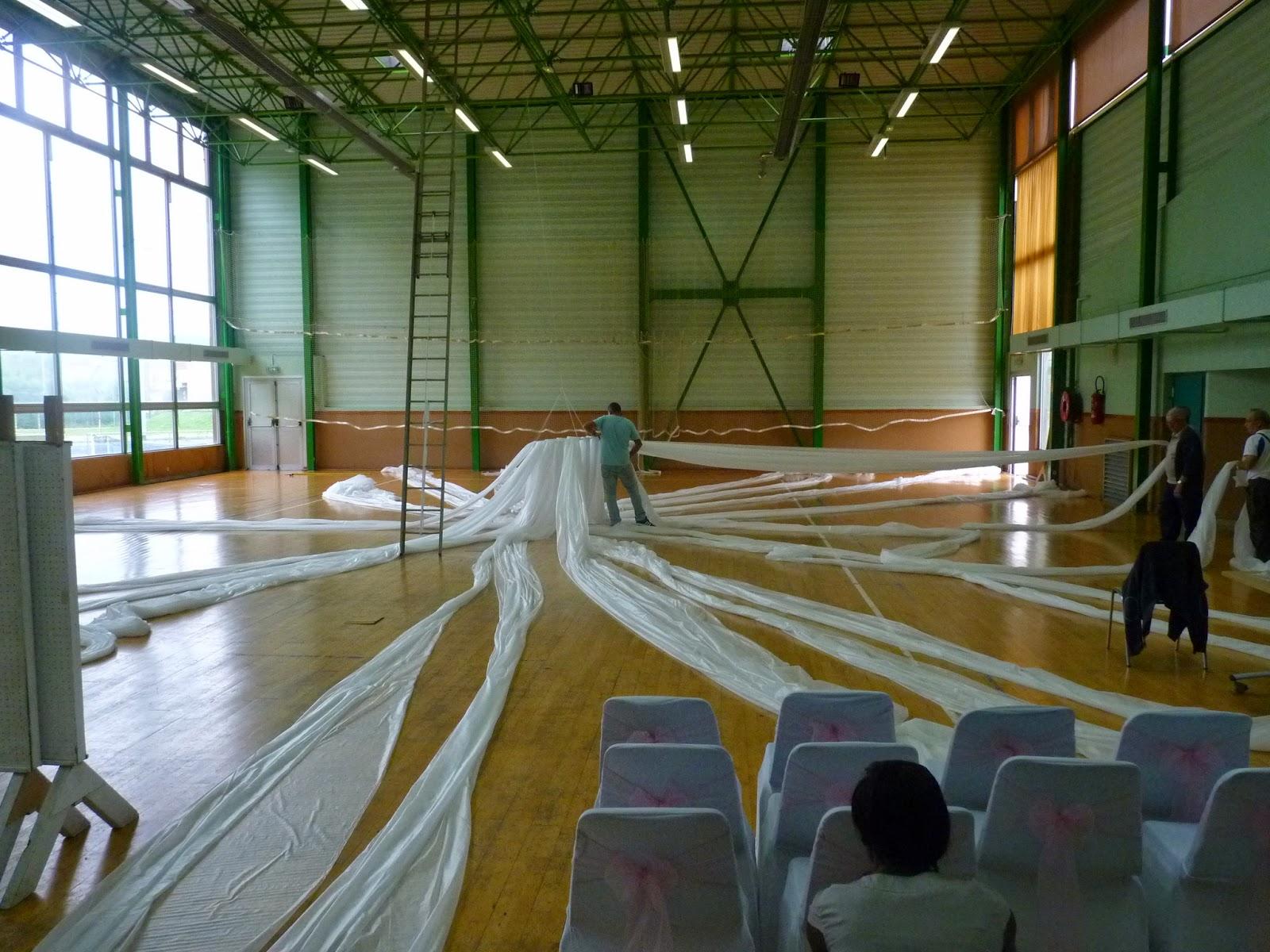 tout dabord le plafond de la salle avec un cerceau et du voile de forage - Voile Hivernage Mariage