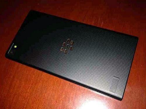 Hace unos días atrás les mostramos una imagen del BlackBerry Z3 al lado del BlackBerry Z10 y Z30, están apareciendo mas imágenes del BlackBerry Z3 con la fecha de lanzamiento mas cerca. En estas imágenes obtuvimos una mejor vista de la parte posterior de este dispositivo, así como el grosor, la nueva colocación de las teclas de volumen y mas. Se espera que el lanzamiento de este dispositivo sea a finales de abril en Indonesia. Fuente: BlackBerryEmpirey mundoberry