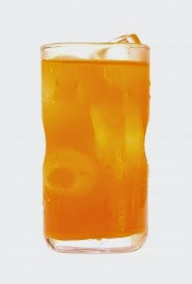 عصير البرتقال يحتوي على فيتامين C، والذي هو مفيد لصحة الجلد.