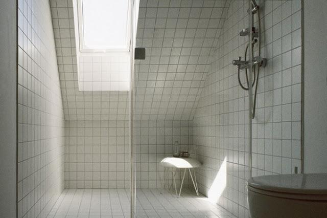 Фото ванной комнаты в белых тонах и с окном