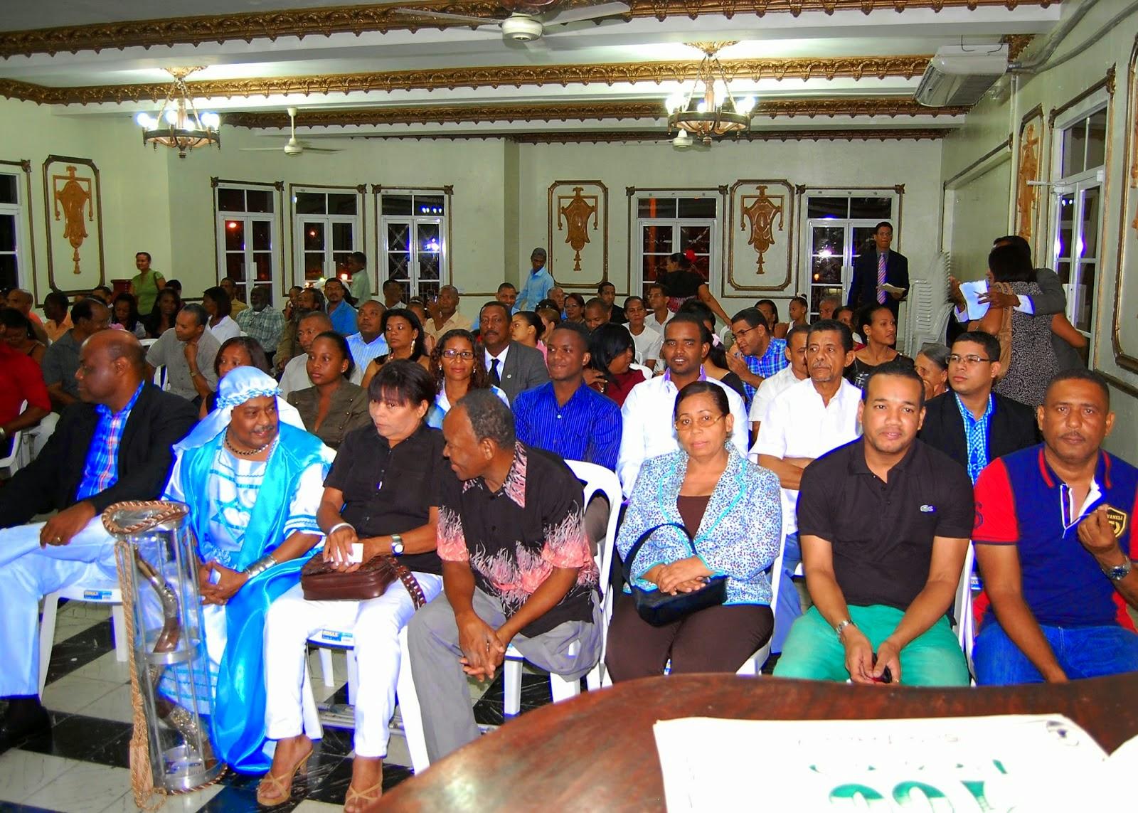 Público que asistió a la puesta en circulación del libro de poemas VERSOS LIBRES