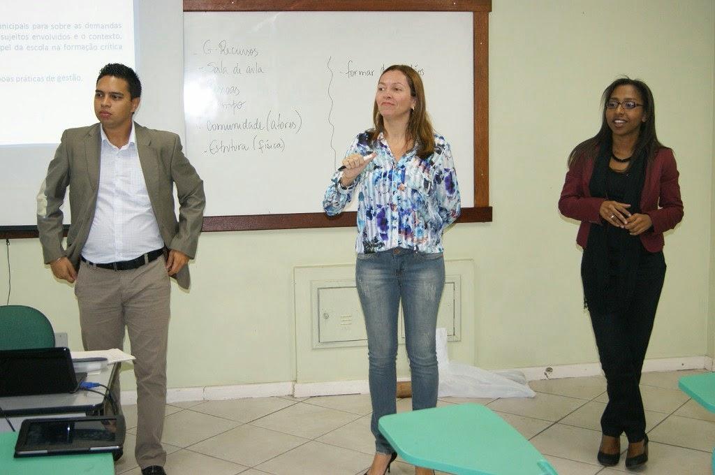 Os técnicos da Seeduc, Elizabeth, Thales e Luana, conversam com os gestores municipais